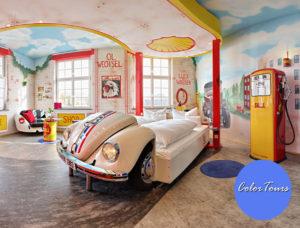 V8Hotel - Herbie als Bett - im Themenzimmer Tankstelle. Die automobilen Themenzimmer unseres vier Sterne Themen-und Designhotelsin der MOTORWORLD Region Stuttgart sind einzigartig, jedes mit eigenem Charakter und liebevoller Ausstattung. Der Wellnessbereich, verschiedene Gastronomieangebote und Veranstaltungsräume ergänzen das Angebot.