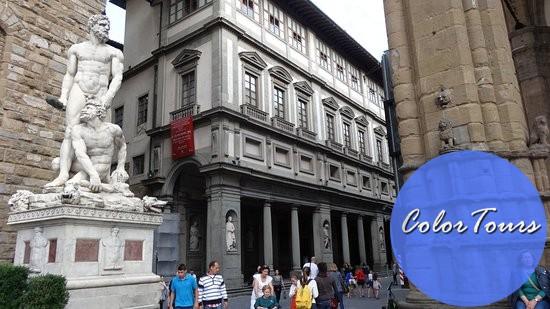 вход в галерею во Флоренции