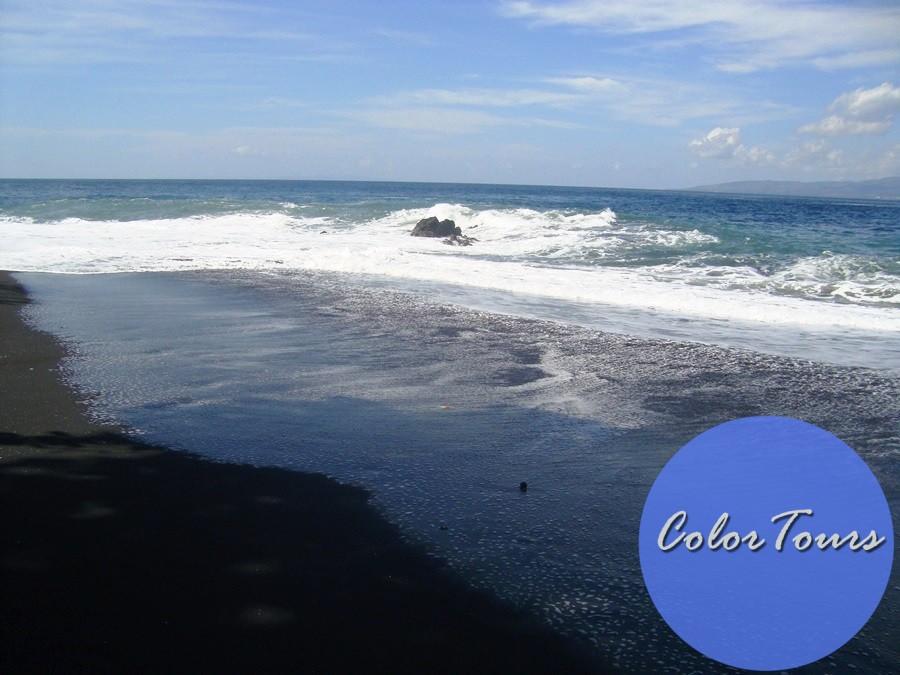 Пляж с чёрным песком на Бали