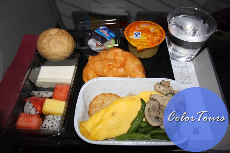 Завтрак на борту Qatar Airways